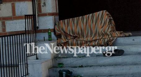 Βόλος: «Γροθιά στο στομάχι» ο άστεγος στα σκαλιά του Αγίου Νικολάου
