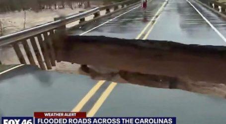 H στιγμή που καταρρέει γέφυρα σε ζωντανή σύνδεση, σχεδόν δίπλα στην δημοσιογράφο (vid)