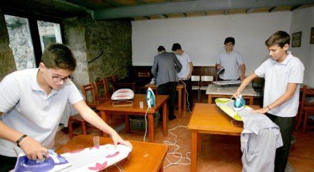 Κολέγιο στην Ισπανία μαθαίνει στα αγόρια πώς να κάνουν τις δουλειές του σπιτιού