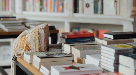 «Ζεστάθηκε» η κίνηση στα βιβλιοπωλεία του Βόλου
