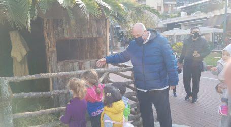 Βόλος: Ανακατασκευάστηκε η φάτνη στον Άγιο Νικόλαο – Επίσκεψη Μπέου [εικόνες και βίντεο]