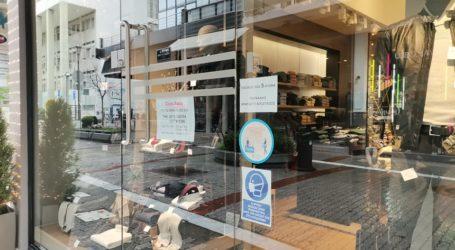 Γέμισαν… με τηλεφωνικούς αριθμούς οι βιτρίνες εμπορικά στα καταστήματα της Λάρισας – Ελπίζοντας στο… clickaway (φωτό)