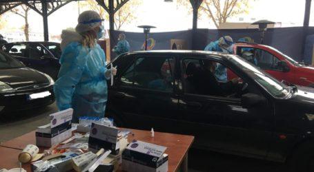 Μεγάλη προσέλευση στη Σκεπαστή Νεάπολης από τους Λαρισαίους για τα Rapid tests από το αυτοκίνητο (δείτε φωτογραφίες)