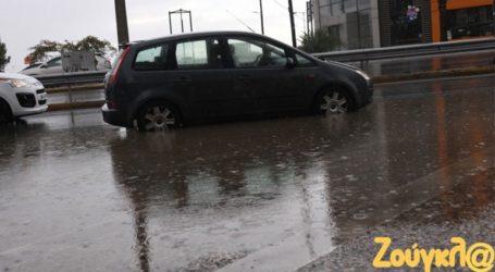 Πλημμύρισαν δρόμοι στα νότια προάστια λόγω της κακοκαιρίας