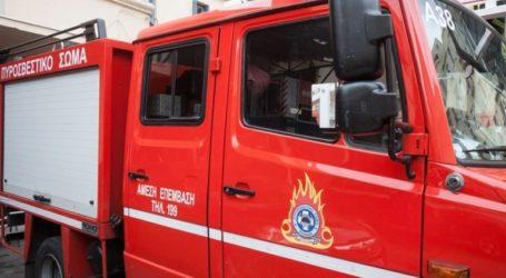 Υπό μερικό έλεχο η πυρκαγιά σε αποθήκη εταιρείας υαλικών στην Καρπερή
