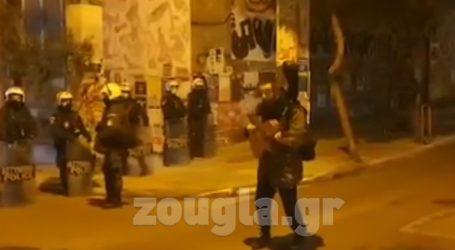 «Παρέμβαση» στα Εξάρχεια από μουσικό με την κιθάρα του μπροστά σε διμοιρία αστυνομικών