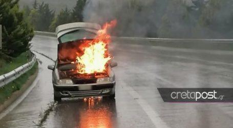 Αυτοκίνητο τυλίχθηκε στις φλόγες στη μέση του δρόμου