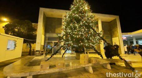 Φωταγωγήθηκε το χριστουγεννιάτικο δέντρο στο ΑΧΕΠΑ