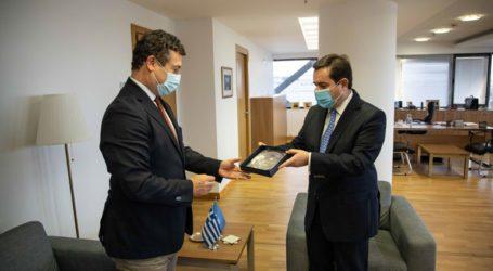 Συνάντηση Μηταράκη με τον απερχόμενο επικεφαλής της Ύπατης Αρμοστείας του ΟΗΕ