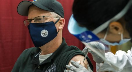 Ο υπουργός Άμυνας Κρις Μίλερ εμβολιάστηκε κατά του νέου κορωνοϊού