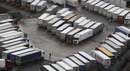 Χιλιάδες οδηγοί φορτηγών αναμένεται να αναχωρήσουν για τη Γαλλία καθώς ανοίγουν τα σύνορα