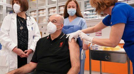Εμβολιάστηκε ο υπουργός Εξωτερικών Ν. Δένδιας