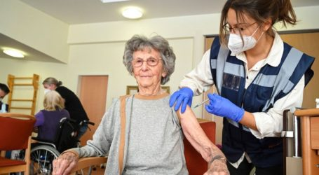 Αναβολή της δεύτερης δόσης του εμβολίου για να εμβολιαστούν περισσότεροι πολίτες