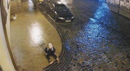 Κίεβο: Το πεζοδρόμιο έχει γίνει… παγοπίστα αλλά η μικρή δεν το βάζει κάτω