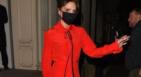 Το κόκκινο φόρεμα της Victoria Beckham είναι ιδανικό για τα εορταστικά σας looks
