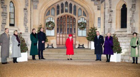Η βρετανική βασιλική οικογένεια φωτογραφήθηκε για πρώτη φορά μέσα στο 2020 τηρώντας τις αποστάσεις