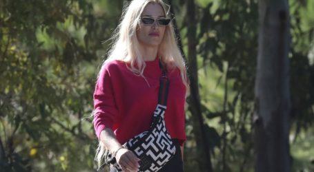 Βικτώρια Καρύδα: Πρωινή βόλτα με casual look