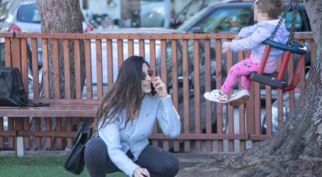 H Φλορίντα Πετρουτσέλι μιλά ιταλικά με τη δύο ετών κόρη της και κλέβουν τις εντυπώσεις