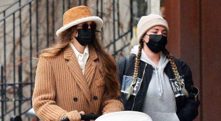 Gigi Hadid: Με γούνινο bucket hat σε πρόσφατη βόλτα με την κόρη της στη Νέα Υόρκη