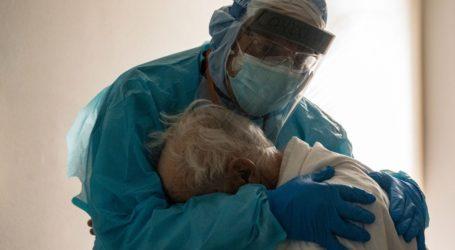 Γιατρός αγκαλιάζει ηλικιωμένο ασθενή που κλαίει σε μονάδα Covid-19