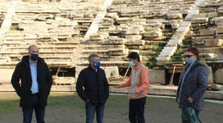 Ξεκίνησαν οι εργασίες τοποθέτησης των νέων μαρμάρινων εδωλίων στο Αρχαίο Θέατρο παρουσία του Κ. Αγοραστού (φωτο)