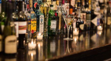 Βόλος: Άνοιξε το μπαρ και σέρβιρε ποτά σε πελάτες εν μέσω lockdown – Συλλήψεις και πρόστιμα