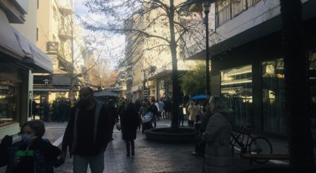 Οι Λαρισαίοι ξεχύθηκαν στο κέντρο για βόλτα και λιγότερο για ψώνια σήμερα παραμονή Χριστουγέννων – Δείτε φωτογραφίες