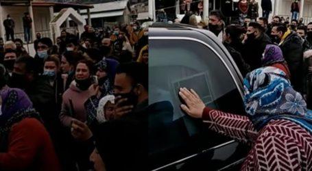 Απίστευτες εικόνες συνωστισμού σε κηδεία Ρομά στον Βόλο [βίντεο]