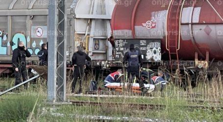 """Σοκ στη Λάρισα: Νεαρή κοπέλα """"κεραυνοβολήθηκε"""" στις γραμμές του ΟΣΕ – Μεταφέρθηκε σε σοβαρή κατάσταση στο νοσοκομείο (φωτό)"""
