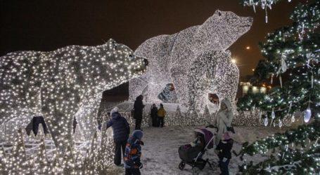Πολικές αρκούδες στολίζουν τη Μόσχα