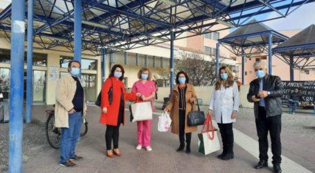Λάρισα: Χριστουγεννιάτικα δώρα από την τοπική Νέα Δημοκρατία στις παιδιατρικές κλινικές των δυο νοσοκομείων