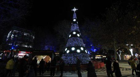 Χωρίς τυμπανοκρουσίες και δίχως κόσμο φωταγωγήθηκε το Χριστουγεννιάτικο Δέντρο στην Κεντρική πλατεία της Λάρισας (φωτο – βίντεο)