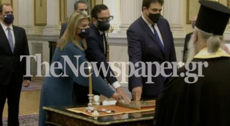 Καρέ καρέ η ορκωμοσία της νέας Υφυπουργού Παιδείας Ζέττας Μακρή – Δείτε εικόνες