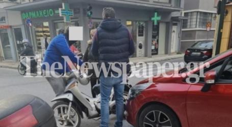 Τροχαίο μικροατύχημα στο κέντρο του Βόλο με μηχανάκι και ΙΧ [εικόνα]
