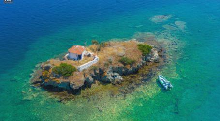 Βόλος: «Απόβαση» στον Άγιο Νικολάκη τον θαλασσινό – Ένα εκκλησάκι μέσα στη θάλασσα [εικόνες]