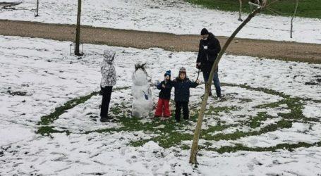 Δίπλα στο ποτάμι για χιονοπόλεμο και χιονάνθρωπο οι Λαρισαίοι το απόγευμα του Σαββάτου – Δείτε φωτογραφίες