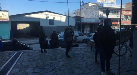 Μεγάλες ουρές έξω από τα πολυκαταστήματα ηλεκτρικών και ηλεκτρονικών ειδών στη Λάρισα (φωτο – βίντεο)