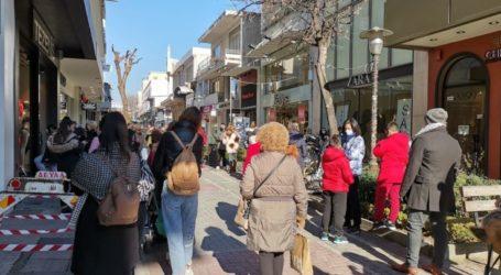 Στο κέντρο της πόλης για βόλτα και ψώνια και σήμερα οι Λαρισαίοι – Σχηματίζουν ουρές και πάλι έξω από εμπορικά καταστήματα