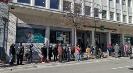 Κίνηση και μεγάλες ουρές έξω από τράπεζες και καταστήματα στη Λάρισα από το πρωί της Παρασκευής (φωτό)