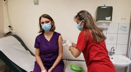 Καρέ – καρέ ο εμβολιασμός στο Νοσοκομείο Βόλου – Δείτε εικόνες