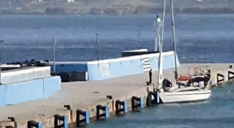 Το σκάφος με τους Τούρκους που ζητούν άσυλο ενώ μπαίνει στο λιμάνι Σητείας