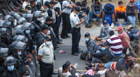 Η αστυνομία έκανε χρήση δακρυγόνων για να αναγκάσει σε υποχώρηση χιλιάδες μετανάστες
