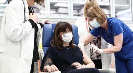 Η Κατερίνα Σακελλαροπούλου έκανε τη δεύτερη δόση του εμβολίου