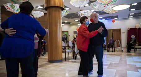 Συνταξιούχοι κάνουν πάρτι μετά τον εμβολιασμό τους κατά της Covid-19