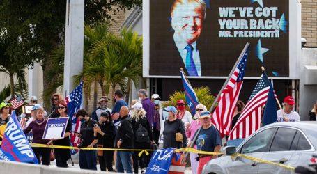 Πλήθος υποστηρικτών του Ντόναλντ Τραμπ τον υποδέχτηκε στο Παλμ Μπιτς