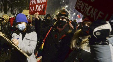 Δεύτερη νύχτα διαδηλώσεων μετά τη δημοσίευση του διατάγματος που απαγορεύει τις αμβλώσεις