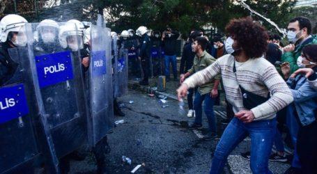 Τέσσερις συλλήψεις μετά την ανάρτηση έργου τέχνης μέσα στο Πανεπιστήμιο του Βοσπόρου