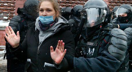 """Η EE """"εκφράζει τη λύπη της για τις μαζικές συλλήψεις"""" στις διαδηλώσεις υπέρ του Αλεξέι Ναβάλνι"""