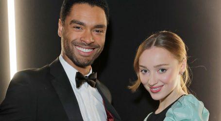Ο Regé-Jean Page παίρνει θέση στις φήμες για τη σχέση του με την Phoebe Dynevor
