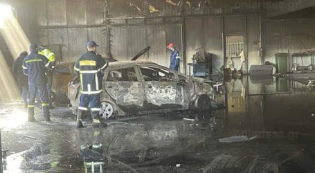 Λάρισα: Παρανάλωμα του πυρός έγινε φανοποιείο – Καήκαν αυτοκίνητα και εξοπλισμός (Δείτε βίντεο και φωτογραφίες)